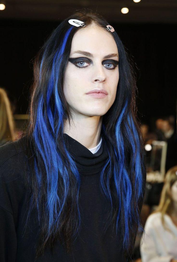Рассмотрим поближе: Разноцветные пряди с показа Versace стали новым трендом в окрашивании