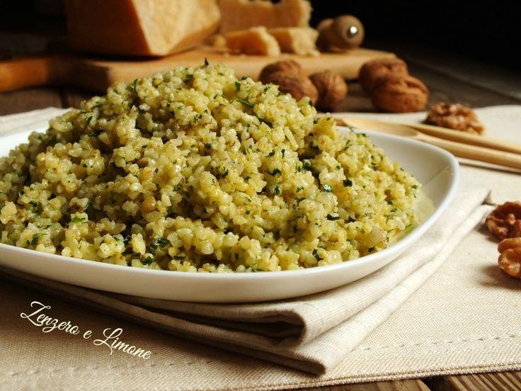 Il bulgur con pesto di noci è un primo piatto saporito, semplice da preparare e insolito. Una ricetta da annotare e ripetere spesso.