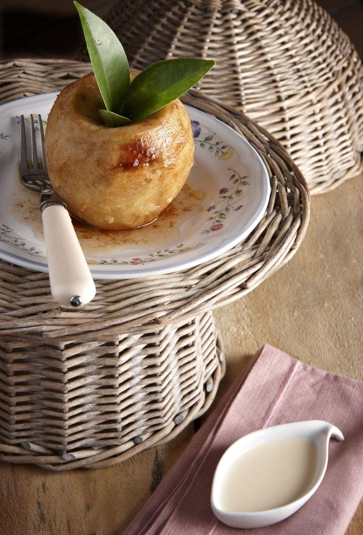 Ολόκληρα μήλα πασπαλίζονται με μίγμα ζάχαρης και κανέλας, ψήνονται στο φούρνο με βούτυρο και σερβίρονται με βελούδινη crème anglaise