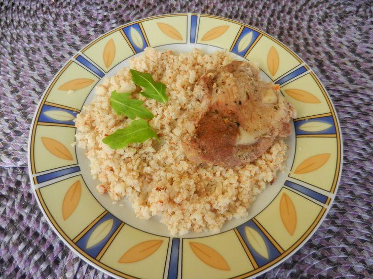 Karfiolrizs  Rizs helyettérdemes kipróbálni akarfiolrizst,ami egy kifejezetten finom, egészséges rizs helyettesítő.  Így készítsd:A karfiolt vágd apró darabokra, majd aprító gépben daráld rizsszem állagúra.  Egy serpenyőben forrósíts fel kevés kókuszzsírt és a