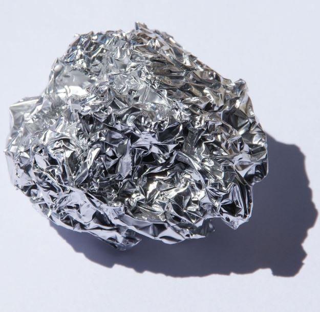 10 utilisations méconnues du papier d'aluminiumnoté 3.7 - 22 votes Le papier d'aluminium s'avère très utile dans notre cuisine pour protéger une plaque de cuisson, pour préserver un bon plat des potentiels odeurs cachées dans le frigo, etc., mais il peut servir pour tellement d'autres choses ! Que ce soit pour votre linge, bijoux, robinetterie, …