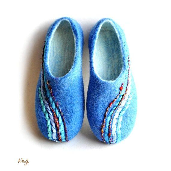Gefilzte Hausschuhe Damen handgemacht blau von RitaJFelt