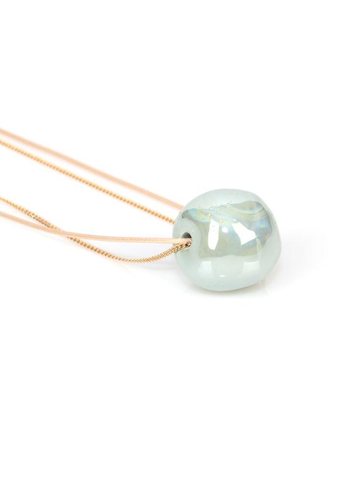 Κολιέ με λεπτό κορδόνι και αλυσίδα. Το κολιέ έχει διακοσμητική περλέ πέτρα Το μήκος του είναι 52cm.