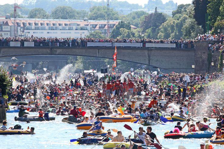 """Am 24. Juli 2017 heißt es """"Ulmer Spatza - Wasserratza!"""", denn dann findet wieder das Nabada (dt. herunter baden) statt. Das solltet ihr euch nicht entgehen lassen."""