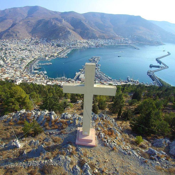 Ο σταυρός στον άγιο Σάββα κ πίσω η Ποθια το λιμάνι κ πρωτεύουσα της Καλυμνου #happytraveller #kalymnos #visitgreece #dodekanisa #cross #aerial #aerialview #drone #droneview  #fromwhereidrone #instaphoto #instayravel #instravel #travel #traveller #greece #summer #ellada #kalimnos  Info: Η Πόθια ή Ποθαία ή Κάλυμνος είναι η πρωτεύουσα και το λιμάνι του νησιού Κάλυμνος που βρίσκεται στα Δωδεκάνησα. Είναι αμφιθεατρικά χτισμένη στη πλαγιά ενός βραχώδους βουνού.