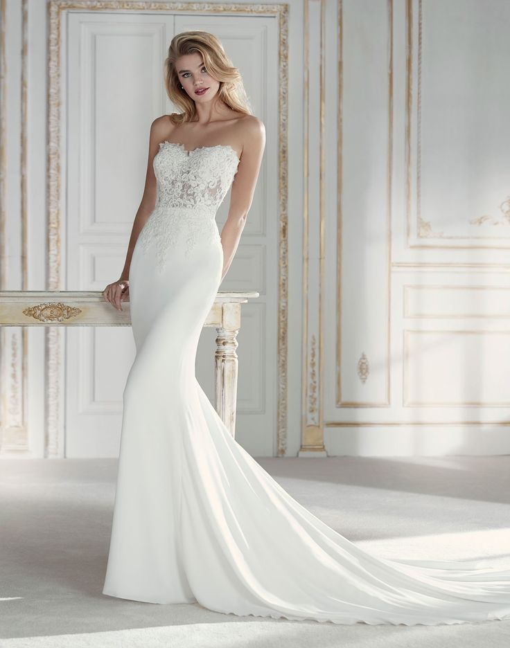PACIANA // Femininity takes the form of a wedding dress with this amazing mermaid design that combines crepe and lace