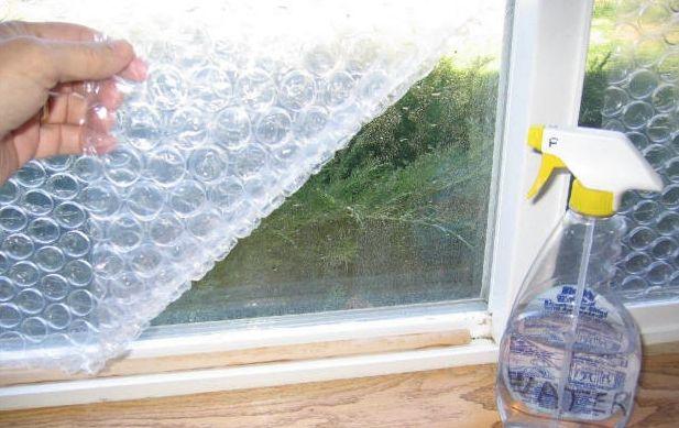 Есть ли у Вас такие окна, которые запросто позволяют холодному воздуху просачиваться внутрь помещения? Попробуйте прикрыть его пузырчатой пленкой! Это метод, который очень прост в исполнение, поможет сохранить внутри дома тепло и уют. Пузырчатая пленка будет держаться довольно-таки долго. Плюс к