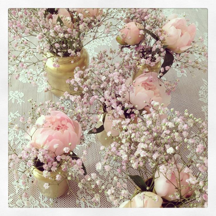 Tafeldecoratie, kant, goud en roze pioenen