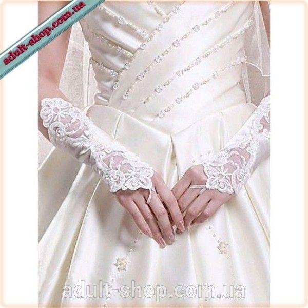 Белые перчатки, украшены вышивкой
