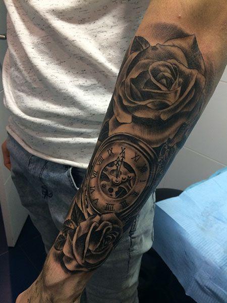 Tatuaje de rosas negras y reloj de la muñeca al codo