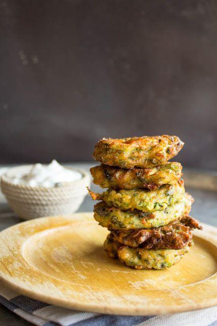 Κολοκυθοκεφτέδες με σως γιαουρτιού - Zucchini fritters