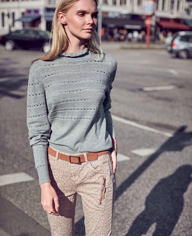 Ein kleines bisschen verspielt: Ein schöner Pullover mit Rüsche am Rundhalsausschnitt und fantasievollen Querstreifen.