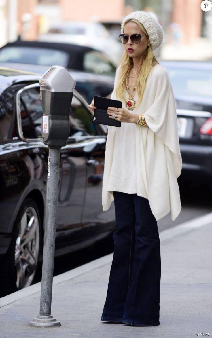 Rachel Zoe, la célèbre styliste, opte pour un poncho blanc, accompagné d'un jean flare, le 26 mai 2015 à Los Angeles