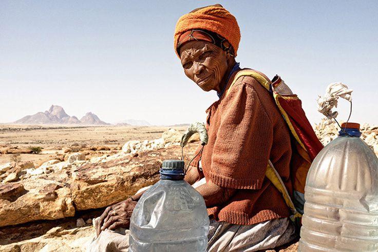 """Margaret Courtney-Clarke, dünya çapında bir fotoğraf sanatçısı. """"Cry Sadness into the Coming Rain - Gelen Yağmurun Hüznüyle Ağlamak"""" ismini verdiği son projesi için çektiği fotoğraflarla, doğduğu ülke olan Namibya'daki kuraklığı sergiliyor. Margaret Courtney-Clarke, 1949 yılında Namibya'da doğdu. #Fotoğraf #Proje #Sergi #Namibya #Afrika #Sanat #MargaretCourtney-Clarke #Kuraklık #Su"""