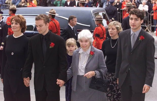 Ottawa-10/03/00 - The Funeral of The Right Hon. Pierre Elliott Trudeau in Montreal at the Notre Dame  Bascillica....left to right  Margaret Trudeau, her son Sacha, Pierre's sister Suzette Rouleau and Justin Trudeau with  Pierre Trudeau's daughter  Sarah Coyne and her mother Deborah behind arrive  at the Bascillica.