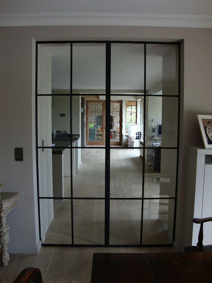 Systemen binnenramen en binnendeuren Ramen: Vast, volledig of gedeeltelijk opendraaiend of openduwend Deuren: Opendraaiend met scharnieren of vloerpom...