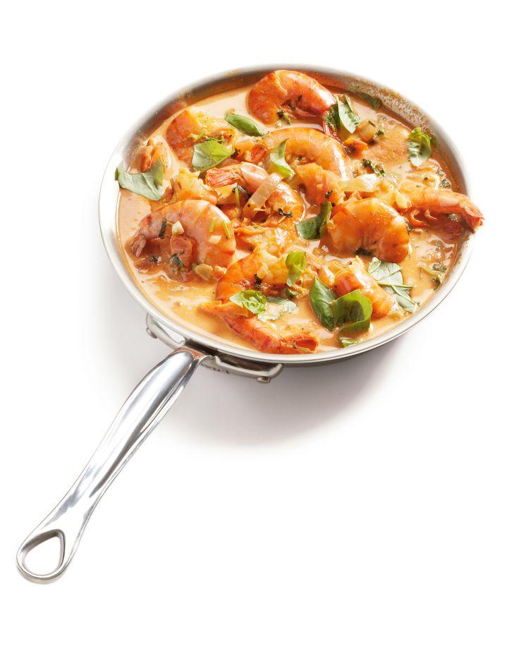 Verhit in een diepe koekenpan of kleine wok de olijfolie en fruit hierin ui, knoflook en peterselie 2 minuten. Roer de Italiaanse kruiden, tomatenpuree en tomaatblokjes erbij en roerbak 3 minuten. Voeg wijn, slagroom en bouillontablet toe en breng het mengsel aan de kook. Voeg de garnalen toe, verwarm het al roerend tot het weer kookt, leg het deksel op de pan en laat de garnalen in 3-4 minuten gaar worden, ze zijn dan roze. Breng op smaak met zout en peper. Schep van het vuur af de…