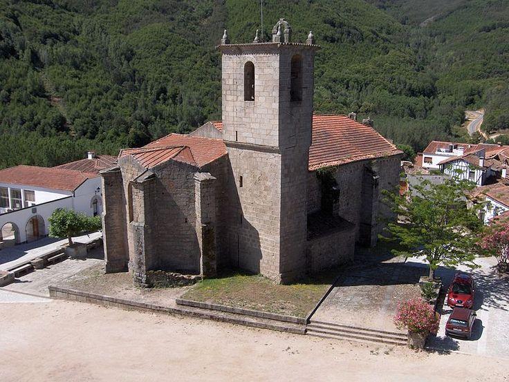 La iglesia de Montemayor del Río, dedicada a la Asunción se encuentra en la plaza del Castillo, desde el cual se ha realizado esta foto. Es románica de transición al gótico (s. XIII), si bien la torre es posterior, (s. XVI)