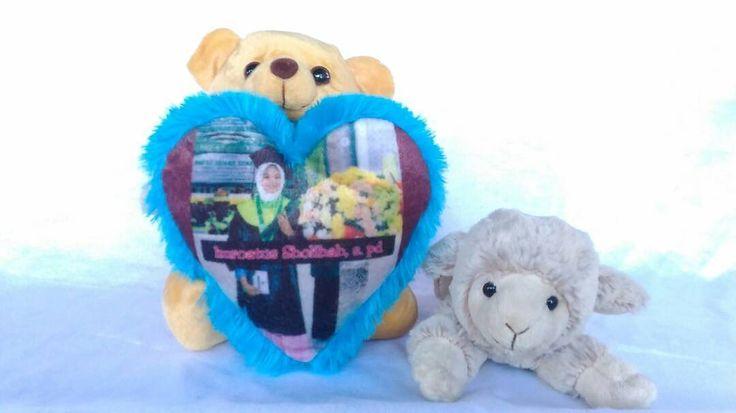 Mau kasih kado lucu untuk kawan tercinta? Kombinasi teddy dan bantal love ini pas banget untuk jadi kado surprise sahabat kamu ❤  Teddy bantal love  Rp 90.000  Menerima orderan dalam jumlah besar juga loh ��  Info order  WA 081217569396  Line @eyu2221c weddinggift http://gelinshop.com/ipost/1526533520632527868/?code=BUvViYrBzv8