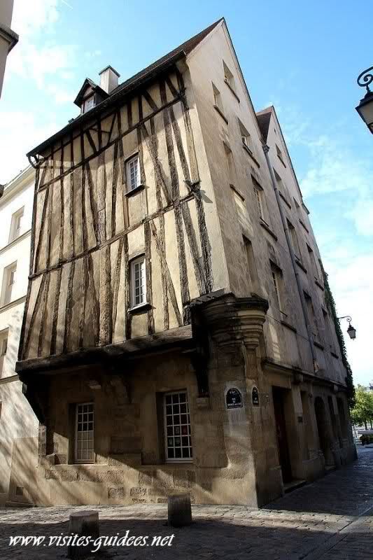 Maison médiévale à 12 rue des Barres, Paris 4ème - Quartier du Marais, Métro Pont Marie, au coin de la rue des Barres et de la rue du Grenier sur l'Eau. XVIe siècle.