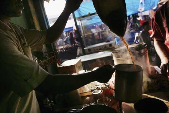 Tahukah kamu bahwa meminum kopi merupakan kegemaran masyarakat Aceh? Warung kopinya biasa mengolah sendiri kopi jualan mereka, sejak dari biji sampai penyajian. Semua demi aroma yang maksimal Walau begitu, secangkir kopi hitam di Aceh diberi harga hanya sekitar Rp. 1.500-2.000. (Did you know that coffee is a big deal for people in Aceh? The coffeehouses process their own product start from the coffee bean to assure the quality. Yet one glass of coffee cost only  Rp 1.500-2000)