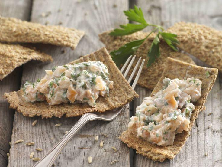 Knækbrød med fennikelfrø og laksesalat med persille, purløg og kapers er et lækkert måltid beregnet som frokost til Dukan Kurens fase 1, angrebsfasen.