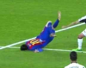 barcellona, caduta messi. ironia dei social a molti non è passata inosservata sui vari social della caduta di messi sul campo da gioco mentre giocava contro il barcellona. messi, infatti, è caduto come si puo vedere dallo scatto fotografico pr #barcellona #messi #calcio #news #sport