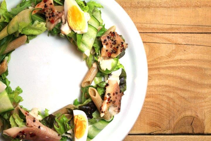 Nog op zoek naar een lekker fris en zomers gerecht? Maak dan eens deze mooie salade met gerookte forel!