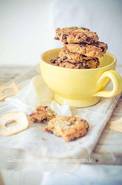 Cookies vegan con mela e uvetta.