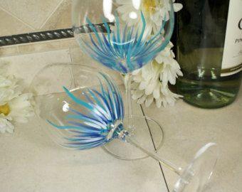 Copas de vino de la mano pintada flores por GlassGaloreGal en Etsy