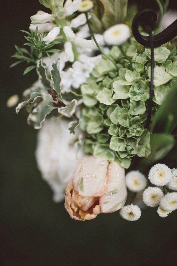 Um casamento chuvoso e intimistaSimplesmente Branco