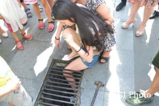 Gadis Cantik Tiongkok Terperosok ke Selokan Gara-gara Asyik SMS-an