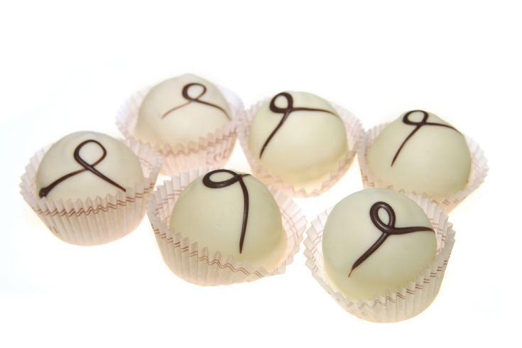Pralinky z bielej čokolády plnené ganache a kandizovanou čerešňou