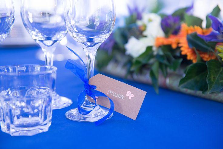 Een leuke manier om iemand zijn plek aan tafel te laten zien! Een gepersonaliseerd handgeschreven label aan het wijnglas. Vast geknoopt met een blauw tule lintje.