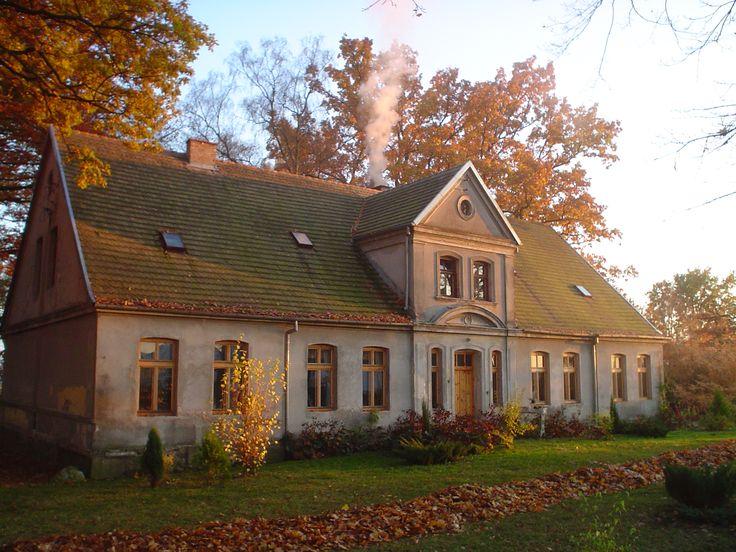 Dwór w Karolewku z połowy XIX wieku. Oferuje miejsca noclegowe i funkcjonującą nieopodal stadninę koni.