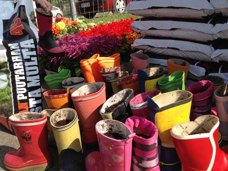 Järvenpään Kukkatalo and a local group of cityactivists (Hyvä Kasvaa järvenpäässä) created a installation of flowers and boots! www.hyvakasvaajarvenpaassa.fi www.jarvenpaankukkatalo.fi