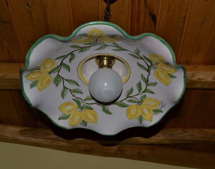Particolare lampadario in ceramica dipinto a mano - cucina soggiorno
