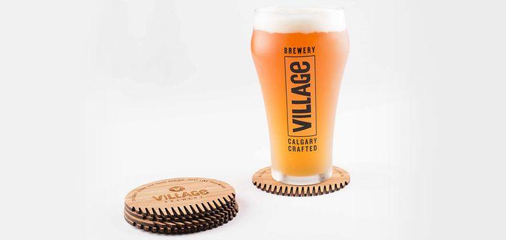 """Une marque de bière transforme ses sous-bocks en peignes à barbe. Au Canada, on dit que beaucoup d'hommes sont des bûcherons barbus. C'est sur ce constat que s'est basée la marque de bière Village Brewery pour sa dernière opération réalisée avec l'agence Evans Hunt. La marque a tout simplement eu l'idée de créer """"The Village Beardster"""","""
