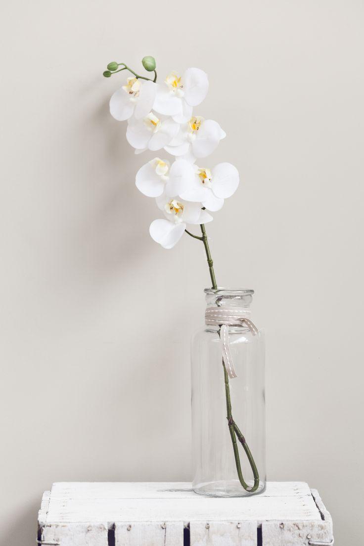 Decoraciones en blanco con flores artificiales y accesorios de muy mucho #muymucho #flores #flower #floresartificales #cristal @blanco #white #cajas #reciclaje