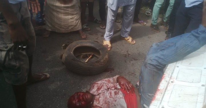 According to online reports, jungle justice was meted out on an armed robber who trailed his victim from a bank in Kpakukun, Minna, Niger state Capital earlier today.