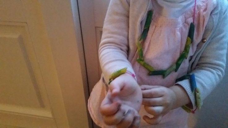 2-16-knutselen-knutselwerkje-pasta-penne-touw-ketting-armband-peuter-kleuter-schoolkind-kinderen-moederdag-verjaardag-verven-klaar
