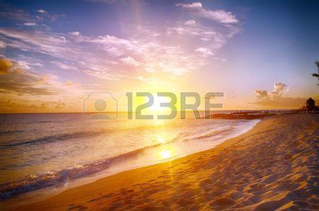 Hermosa puesta de sol sobre el mar con una vista en la orilla pedregosa en la playa de arena blanca en una isla caribe�a de Barbados photo