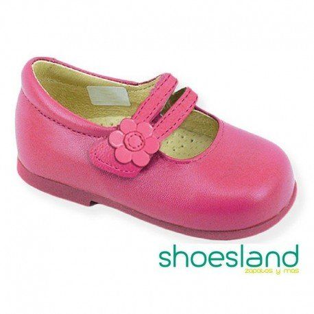 052997ae9 Zapato tipo merceditas para niña en piel rosa fucsia con cierre de velcro  fabricada en España