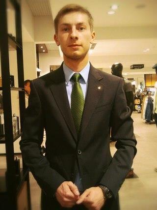 Зеленый пиджак серый галстук