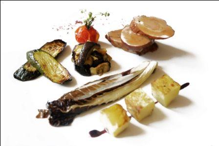 Filetto di maiale lardellato alle erbette con verdure alla griglia e patate al forno