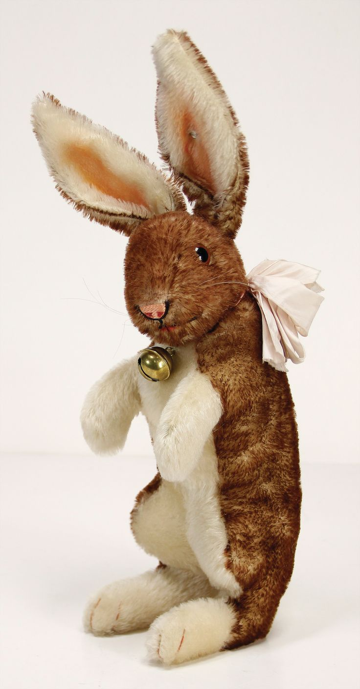 Ladenburger Spielzeugauktion - STEIFF hare, produced c. 1927 - 1937, with button, long stretched F, 44 cm, squirted mohair, in very good condition, nice strong colors, swivel head Result: 2000.00 EUR