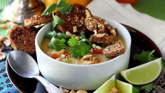 Soupe asiatique au lait de coco, arachides et cari