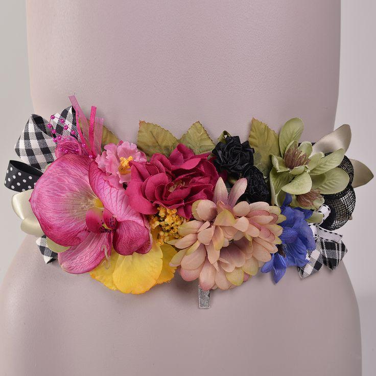 Cinturón fabricado en España por Pluma y Collar, las flores, las texturas y los diferentes materiales son los protagonistas de esta pieza única.