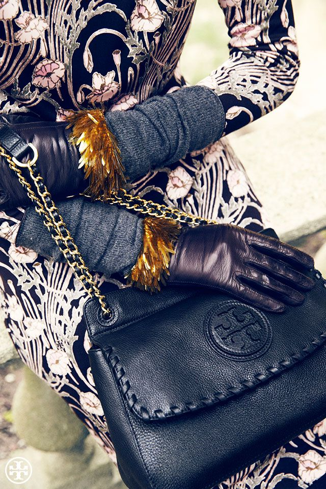 Tory Burch Seguici diventa nostra fan ed entrerai nel mondo fantastico del Glamour  Shoe shoes bag scarpe bags bag borse fashion chic luxury street style moda donna print photo foto fotografia cartoline Photography