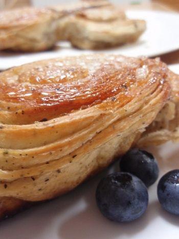 冷凍パイシートでも作れるよ♪フランスのお菓子「クイニーアマン」を ... クイニーアマンの生地に紅茶の葉を混ぜ込んでいます。口に